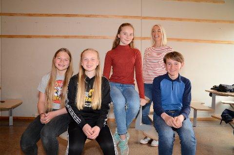DYKTIGE: Fire fornøyde elever med norsklærer Mari Eliassen bak. Fra venstre Ingeborg Linnerud, Vilde Krakk, Amalie Driveklepp og Hektor Arnkværn.
