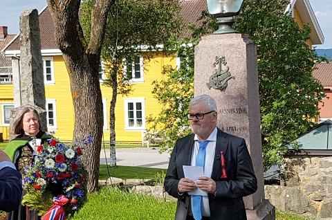 TALE: Ottar Grepstad fra Nynorsk kultursentrum holdt tale ved Vinjegrava på 17. mai. Til venstre: Torill Nedberge Klevmark fra Hadeland dialekt- og mållag.