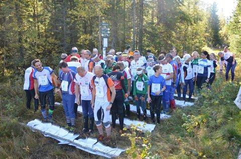 KREVENDE: Omlag 60 orienteringsløpere deltok i Finn Skedsmos minneløp. Her ser vi løperne rett før fellesstarten går fra Blokkhus.