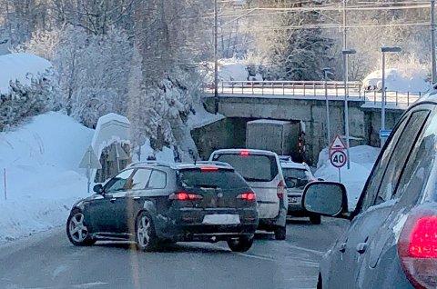 Et vogntog sliter med å komme seg gjennom undergangen. Bildet ble sendt avisen klokken 11.35 fredag.