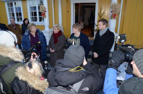 PRESSE: Det var mye folk på Granavollen da Erna Solberg og co. holdt pressekonferanse før forhandlingene startet.