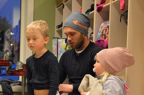 TIDSKLEMMA: – Det er ikke alltid like lett å overholde barnehagens åpningstider i en travel jobbhverdag, sier Ole Martin Bratberg(30). Her sammen med barna Mathias og Linnea i Hoffsvangen barnehage.