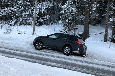 Denne bilen har havnet utfor vegen på Grua.