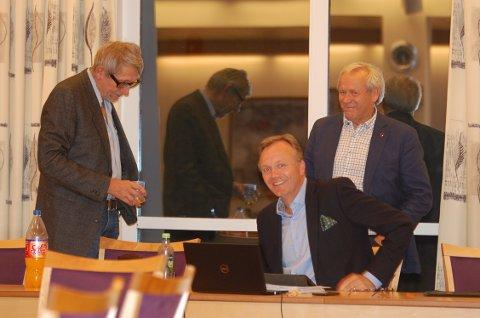 «Sprettet champagnen»: I kommunestyrets møte onsdag gjorde Morten Hagen (GBL) det klart at sykehjemssaken blir valgkampsak. Her sammen med partifellene Øyvind Kvernvold Myhre og Willy Westhagen.
