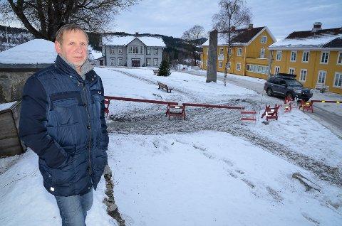 TULL: Terje Granshagen mener at gående kunne ha fått bruke gangvegen på kirkevangen også mens forhandlingene pågår på gjestgiveriet.