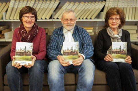NY BOK: Redaksjonen viser fram det rykende ferske eksemplaret av Årbok for Hadeland. Fv. Ester Haga, Harald Hvattum og Liv Kari Sogn Øiom.