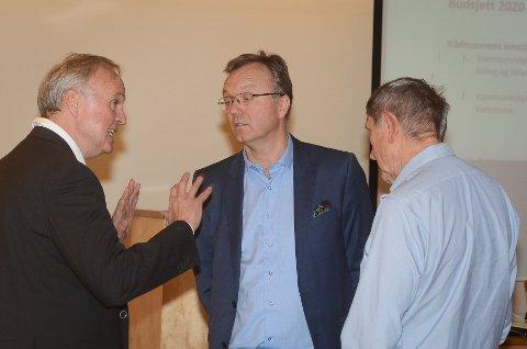 PAUSEPRAT: Lars Erik Flatø (Ap, til venstre) diskuterte med Bygdelistas frontfigurer Morten Hagen og Øyvind Kvernvold Myhre i en pause i torsdagens kommunestyremøte.
