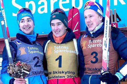 PALLEN: Vebjørn Sørum (i midten) fra SÅS kan se tilbake på to gull i junior-NM og to gull i junior-VM denne sesongen. Nå er han klar for junior-EM. Her fra helgens NM.