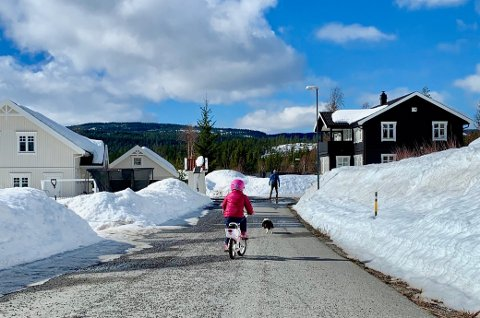 VÅRLIG: Det begynner å våres på Harestua, og syklene er for lengst tatt i bruk. Men det er fortsatt ganske mye snø i vegkanten.