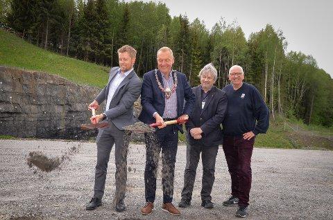 FØRSTE SPADETAK: Statssekretær Tommy Skjervold (fra venstre) og Jevnaker-ordfører Lars Magnussen tok det første, symbolske spadetaket for nye E16. Ringerike-ordfører Kjell B. Hansen og Guttorm Tysnes i lastebileierforbundet bivåner det hele.