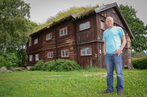 FANATIKER: – Noen kaller meg entusiast, andre idealist. Stefaren min kaller meg fanatiker, jeg synes nesten det er bedre, sier Morten Hjelløy (52) om det godt vel 330 år gamle huset sitt.