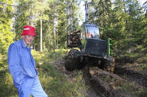 OPPGITT: Skogeier Kåre Homble må bare se at tunge skogsmaskiner bruker hans grunn til å frakte fram tømmer på det som skal være en traktorvei. Nå har han anmeldt forholdet fordi området er meldt inn som verneområde for barskog. Foto: Rune Fjellvang