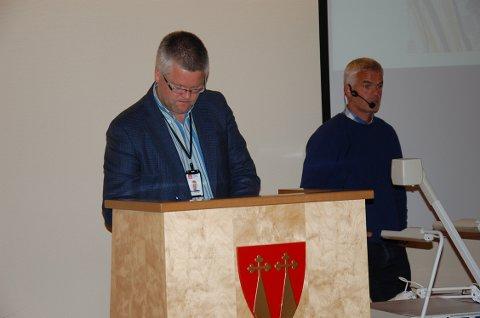 Økt kostnad: Paul Christen Røhr og Tore Leirvik fra NVE orienterte torsdag formannskapet om flomsikringsplanene i Brandbu. Blant annet om økt pris og foreslått økt kommunal andel.