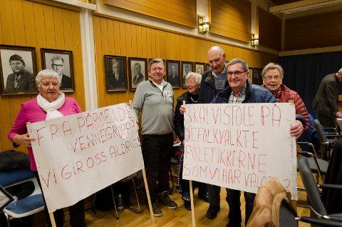 ENGASJEMENT: Demonstrantene gjorde seg bemerket også i kommunestyresalen.