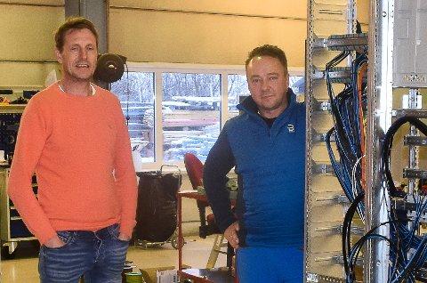PRODUKSJON: Ola Skarpen og Hallgeir Haga ved noen av elektrotavlene under produksjon.