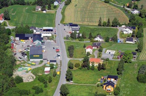 KLARGJORT FOR BYGGING: En lang rekke hus i Volla er revet for å gi plass til ny riksveg 4. Bildet fra 2016 viser noen av dem. Alle husene til høyre i bildet, bortsett fra Lunner Auto, er nå borte.