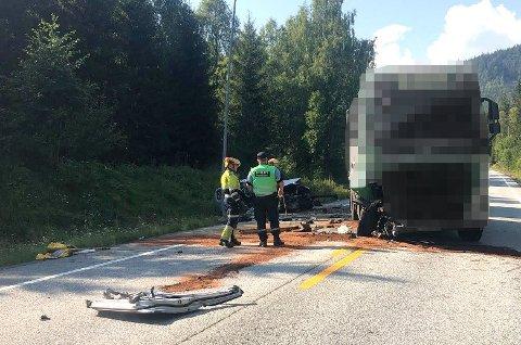 STORE SKADER: Det ble store skader på personbilen etter ulykka på riksveg 4 tirsdag ettermiddag.
