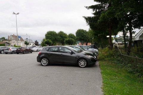 HER: Parkeringsplassen i Hofgaards gate vil få et stort antall ladepunkter for elbiler.