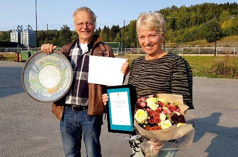PRISVINNERE: Dag og Inger Berge ble hedret for engasjementet sitt, og det vanket blomster, fat, diplom og 10.000 kroner fra Lunner kommune.