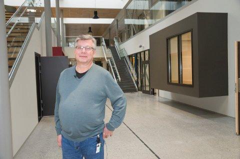 BRÅ AVGANG: Roy Korslien gir seg som rektor ved Benterud skole.