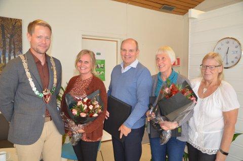 JUBILANTER: Ordfører Harald Tyrdal overrakte Norges Vels fortjenestemedalje i sølv til Maj-Britt Stenersen og Ole Bjørn Hasli. Tove Hasli og Inger Lene Finstad fikk blomster og takketale for sine henholdsvis 31 og 26 år i kommunen.