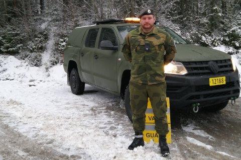 PÅ POST: Her står Knut Sigurd Skrindo grensepost på Riksåsen.
