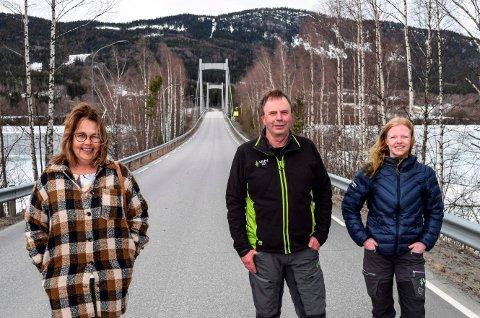 JUBELDAG: Nyheten om oppgradering av Fluberg bru ble møtt av jubel ved Randsfjorden tirsdag. F.v. ordfører Anne Hagenborg, skogbruksleder Terje Roen i Viken Skog og skogbrukslederlæring Mari Gladhaug.