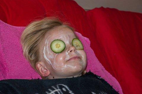 Martine Skaug Granli nyter yoghurt-ansiktsbehandling og agurker