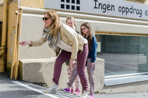 Ada Hauge Huseby(f.v.), mamma Mari Hauge Huseby og Mathilde Haugeland Gylvik kaster på stikke på gammeldags vis