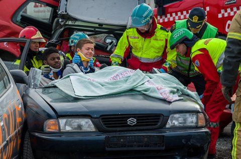 Russepresidentene kommer seg endelig ut av bilvraket som til slutt er uten tak. Det trengs fire personer til å frakte ut én skadet person for å unngå ytterligere skader.