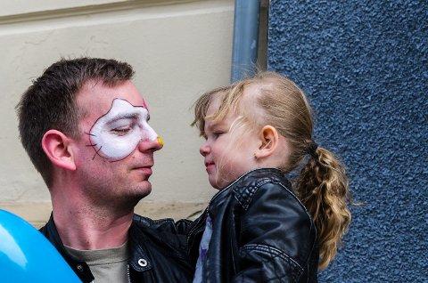 Dagens pappa-medalje: Det var pappa Kim Andre Maurdal som var så heldig å få ansiktsmaling på Barnas dag denne gangen. Datteren Gunvor Maurdal (3 år) valgte ut Hello Kitty som motiv for sin snille pappa.