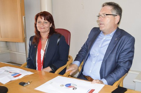RIVALER: Kirsti Brække Myrli og Thor Edquist kjemper om hvem som skal ha ordførerstolen i kommunestyresalen de neste fire årene. Her har de akkurat fått tallene fra den første meningsmålingen HA har fått utført før valget. Den viser at det er klart flest som sier at de ønsker at Edquist fortsetter i ordførerstolen.