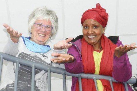 Frir til haldenserne: – Vi må ha haldensere i salen. Velkommen, ønsker Berit Lindstrøm (t.v.) og Safia Abdi Haase.