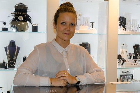 Simone Kronberg jobber på gullsmeden O. Førlie. Kulturnatta utstilte butikkens egne gullsmeder og designere egenproduserte smykker.