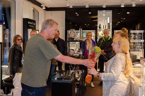 Gullsmed O. Førlie deltok på Kulturnatt i Halden for første gang i år. Her mottar de blomst som takk for deltagelsen