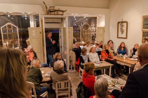 JUBILERER: Pollys Tearoom har nå drevet fire år på Nordsiden av Halden. Dette bildet er fra da de arrangerte visekonsert med Siv Langøy og Eva Denis i september 2015.