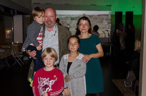 Tetyana Stang Lund står ved siden av mannen Emil Stang Lund som har sønnen Anton(5) på armen. Sønnen Emil(7) står foran med storesøster Eugenia(11).