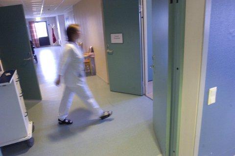 KREVENDE: – Det kreves mye av de ansatte med innsparinger og stadig krav til mer fleksibilitet og effektivitet. Dessuten er det ikke plass til å skrive inn pasientene på riktig sted i helsesektoren, sier de hovedtillitsvalgte i Fagforbundet. Kommunalsjefen sier at de jobber med å vurdere om kommunen har mange nok sykehjemsplasser. Akivfoto: Anders Johansson