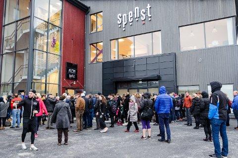 Det var lang kø ved Spenst Høvleriet da det nye treningssenteret åpnet lørdag formiddag