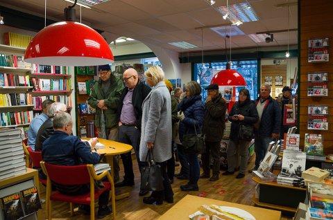 Den lange køen var ingen hindring for de historieinteresserte bokhandlerne på Køhn Libris lørdag formiddag.