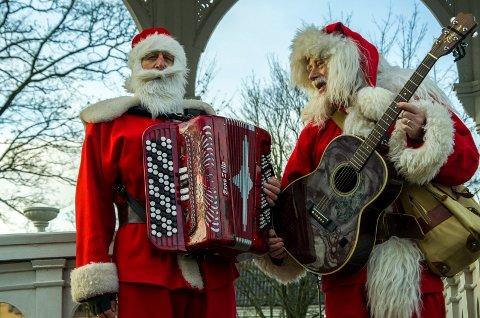 UNDERHOLDNING: Nissekoret har ikke bare sangstemmer, men også en rekke instrumenter når de skaper julestemning i Busterudparken etter nissetoget.
