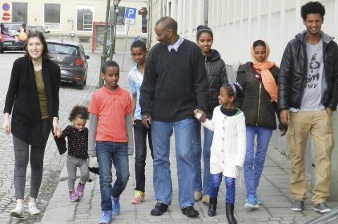 Skaper seg nytt liv i Halden: Fra venstre ser vi programrådgiver Ina Lutumba med datteren Patricia sammen med familien Zeremariam fra Eritrea. På bildet ser vi Tikua (11), Antonio (14), pappa Paulos, Mehatite (17) og mamma Emuna Yacob. Tolken Kibram Angosom til høyre. Alle foto: Hanne Eriksen