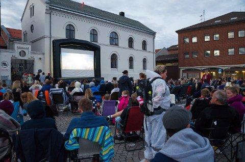 250 folk tok med seg stoler, de amerikanske bilene sine, tepper, og koste seg midt på torget med kinofilm lørdag kveld.