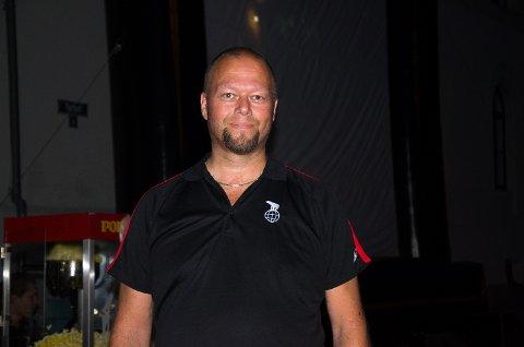 Kinosjef Clas Lucky Eriksen koste seg på torget lørdag kveld, utekino ble stor suksess!