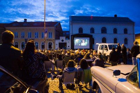 Det var god stemning da gratis-forestillingen med Ghostbusters ble spilt av på torget lørdag kveld