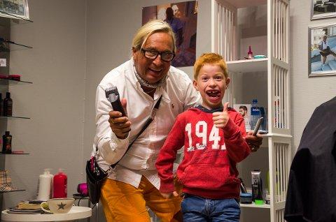 Frisørnester Atle Hansen og frisørkunden Øyvind Vik Pettersen(5) synes det er helt topp med Kulturnatt.
