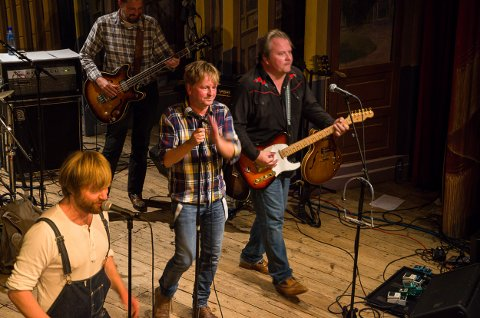 KONSERTER: Asbjørnsen & Co spiller i Fredrikshalds teater fredag 29. oktober og lørdag 30. oktober. I front sees Håkon Ohlgren (fv), Ole Evenrud og Omar Østli. Arkiv