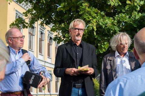 """Byvandring med Jens Bakke og Thore Nilsen fra """"25. septemberplassen"""", ellers kalt Wiels plass. Også forfatter Dag Solstad ble med på vandringen igjennom Haldens gater"""