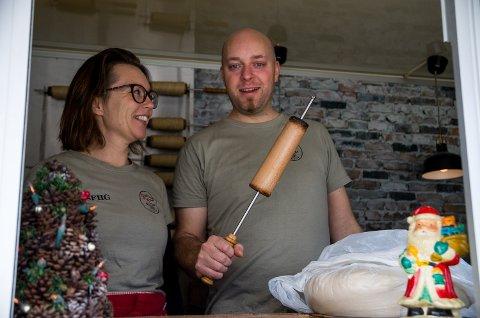 PIPEBRØD: Birgitte Ruud og Kenneth Nødset reiser rundt med vogna si og selger pipebrød. De har vært på julemarked på festningen tidligere, og synes det er et av de flotteste markedene en kan gå på