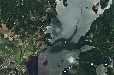 Lilleøya ligger nord i Femsjøen. Anlegget til TTIF ligger nede til venstre i bildet.